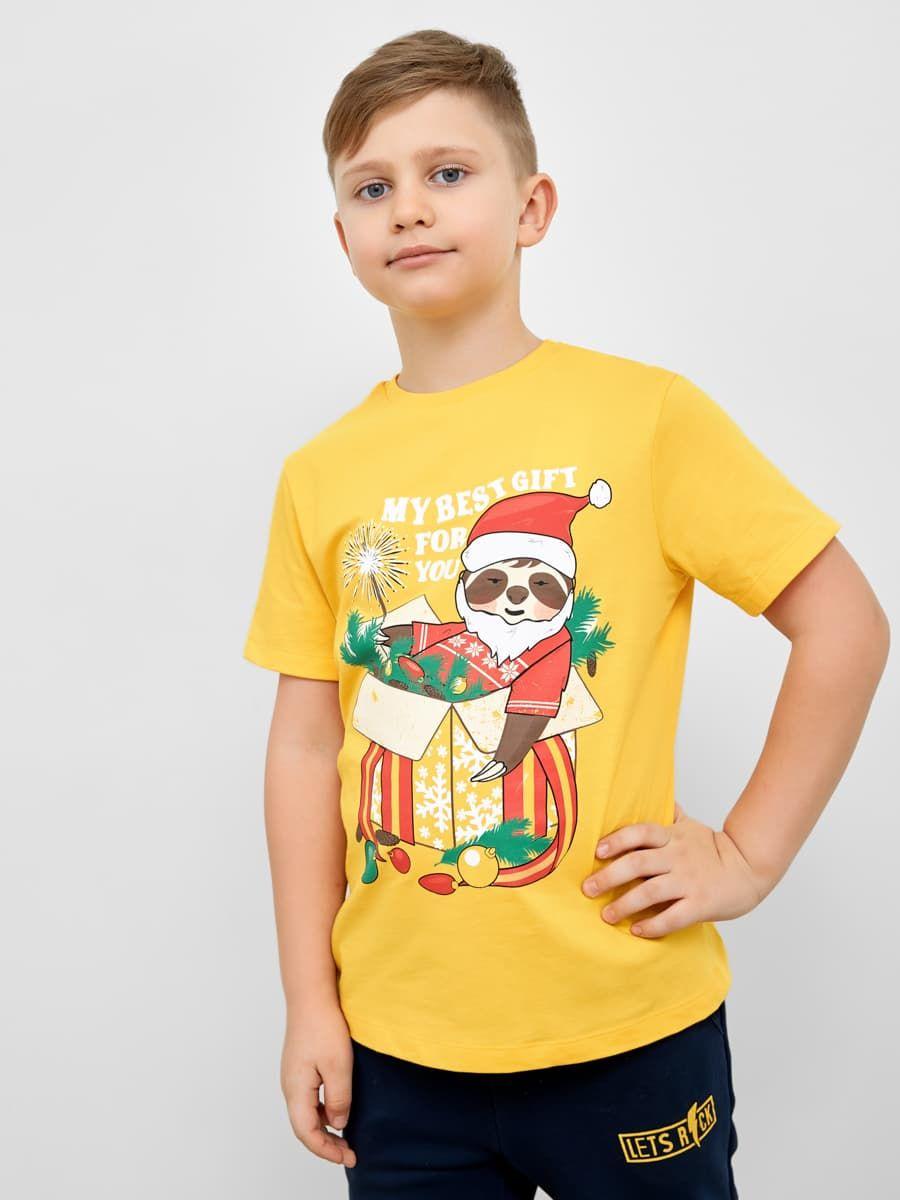 Яркая футболка с новогодним ленивцем от Mark Formelle